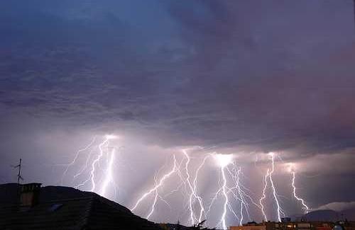 Domani allerta meteo in tutta la Calabria Nel bollettino diramato c'è allerta rossa sulla costa Jonica ed arancione nel resto della regione