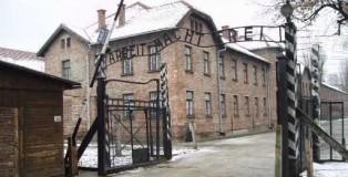 Auschwitz_gate_tbertor1