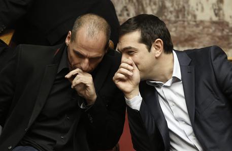 La Grecia è sull'orlo del default, ma si continua a trattare Resta il nodo pensioni e stipendi. Il premier Tsipras  punta su un accordo politico e oggi, al vertice di Riga, tornerà alla carica sulla ristrutturazione del debito
