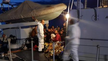 Reparto operativo aeronavale GDF Vibo Valentia – intercettata una imbarcazione carica di migranti. Individuato un trafficante Continua l'attività di contrasto all'immigrazione clandestina sulla costa jonica. una imbarcazione carica di migranti è stata intercettata a tre miglia dalla costa da unità navali del corpo della guardia di finanza. un trafficante sorpreso alla condotta del mezzo nautico