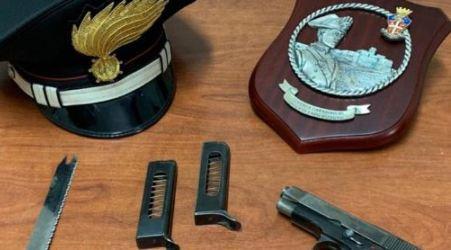 Minaccia nipote con coltello e pistola: arrestato 47enne I Carabinieri hanno inoltre trovato armi e droga nell'abitazione dell'uomo