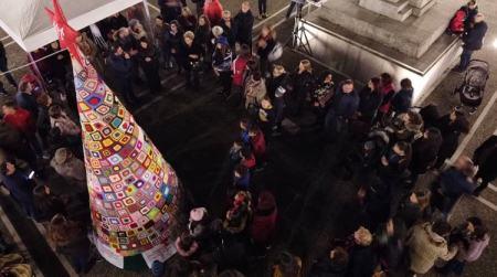 A Taurianova si è acceso l'albero all'uncinetto per l'AIL In piazza Italia un albero di oltre 4 metri fatto interamente all'uncinetto con un filo che ha unito la ricerca ai cuori
