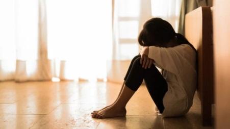 Divieto di avvicinamento per violenza domestica ad un 43enne calabrese Più volte l'uomo l'aveva costretta a subire atti sessuali contro la sua volontà, mentre, in un'occasione, le aveva puntato un coltello alla gola alla presenza di una figlia quattordicenne