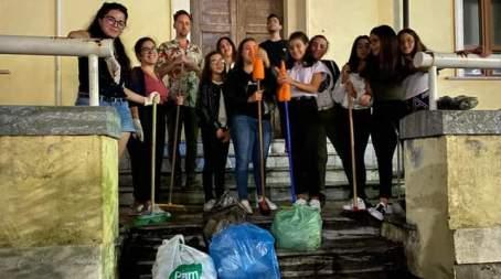 """Delianuova, gruppo di volontari pulisce una piazza I volontari, non nuovi a questo tipo di iniziative, hanno coinvolto altresì una ventina di ragazzi, i quali muniti di guanti, sacchetti e palette si sono messi all'opera per rendere """"splendente"""" questo luogo"""