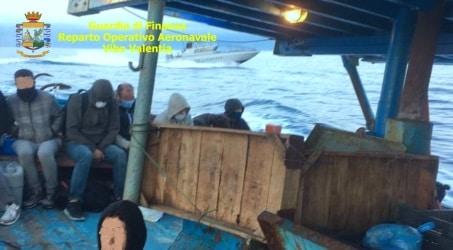 Vibo, fermate due imbarcazioni con almeno 8 sospetti scafisti Partite presumibilmente dalla Turchia, che tentavano di giungere sulle coste nazionali, sbarcare i migranti e poi sfuggire ai controlli delle forze dell'ordine per ritentare altri viaggi