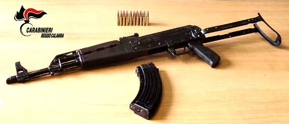 """Arrestato un giovane in possesso di un fucile """"Kalashnikov"""" nel reggino L'importante risultato odierno si inserisce in un proficuo quadro di intensificazione di servizi di controllo del territorio, disposti dalla Compagnia Carabinieri"""