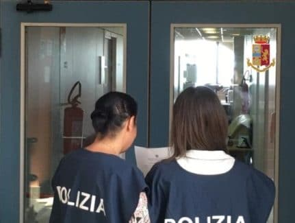 Catanzaro, per anni ha maltrattato la moglie e la figlia La Polizia di Stato notifica a un 60enne catanzarese l'allontanamento dalla casa familiare e il divieto di avvicinamento ai congiunti