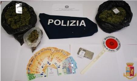 Individuato market della marijuana, arrestato un pregiudicato Oltre alla droga, ancora stipata in grossi sacchi neri, che si presume provenire da una delle coltivazioni che nel periodo estivo proliferano nelle aree boschive della provincia catanzarese
