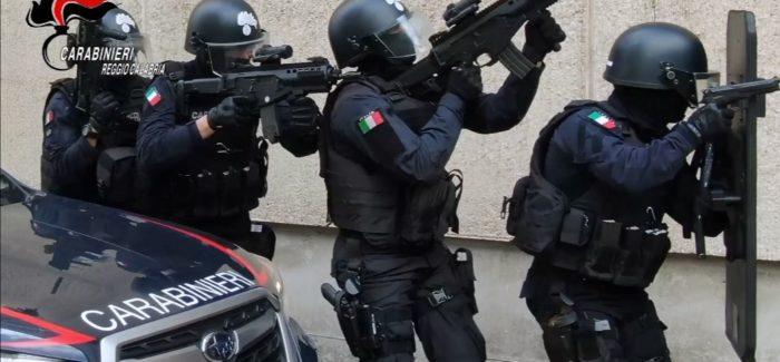 I Carabinieri, a Reggio Calabria, in zone Sbarre, sono intervenuti nel corso della serata, dove un uomo si era barricato all'interno di un'abitazione per evitare un controllo