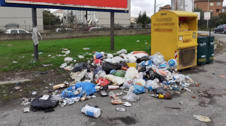 """Taurianova, pulizie straordinarie in città, ma anche stavolta i """"Lordazzi"""" hanno un nome La ditta addetta alle pulizie ha rimosso diversi cumuli di rifiuti in città in quanto si ripete il fenomeno dell'abbandono di spazzatura in città"""