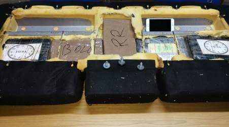 Arresta un uomo trovato in possesso di 5 kg di cocaina nel reggino I poliziotti nella tarda serata di mercoledì scorso, svolgendo i routinari controlli ai viaggiatori in transito da e per la Sicilia, hanno rinvenuto all'interno di un'autovettura 5,5 kg di sostanza stupefacente del tipo cocaina