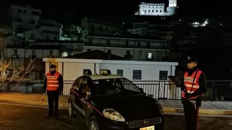 Impone alla figlia di 11 anni di gettare la cocaina per strada, un arresto in Calabria Durante tali fasi la figlia 11enne saliva verso il piano superiore dell'abitazione, immediatamente seguita dai militari e con il padre a fianco