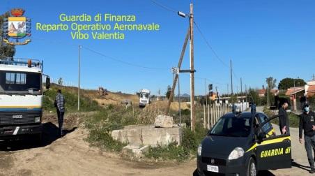 Deturpavano una collina per la realizzazione di costruzioni abusive in Calabria, deferite due persone Individuato anche un lavoratore irregolare che è risultato percettore di Reddito di Cittadinanza, sequestrando un fondo agricolo di 1.500 mq, 2 automezzi pesanti ed un escavatore