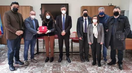 """Scuole reggine sempre più """"cardioprotette"""" La Città Metropolitana ha consegnato dei defibrillatori a tre istituti di Reggio Calabria"""