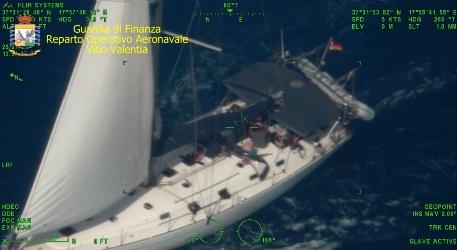 Intercettata un'imbarcazione carica di 95 migranti sulle coste reggine A bordo uomini, donne e minori, ai comandi due sospetti trafficanti di nazionalità ucraina