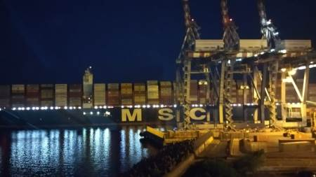Tra le navi più grandi al mondo, la Gulsum entra in porto anche di notte I giganti del mare attraccano alle banchine del porto di Gioia Tauro anche nelle ore notturne