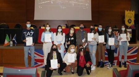 Cittanova, Grandi successi degli studenti dello European Languages Institute Una referente ufficiale del Trinity College di Londra ha consegnato le certificazioni ai ragazzi nella cerimonia di premiazione di sabato